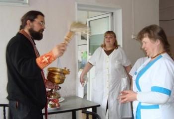 О.Илья поздравляет сестер отделения с Пасхой